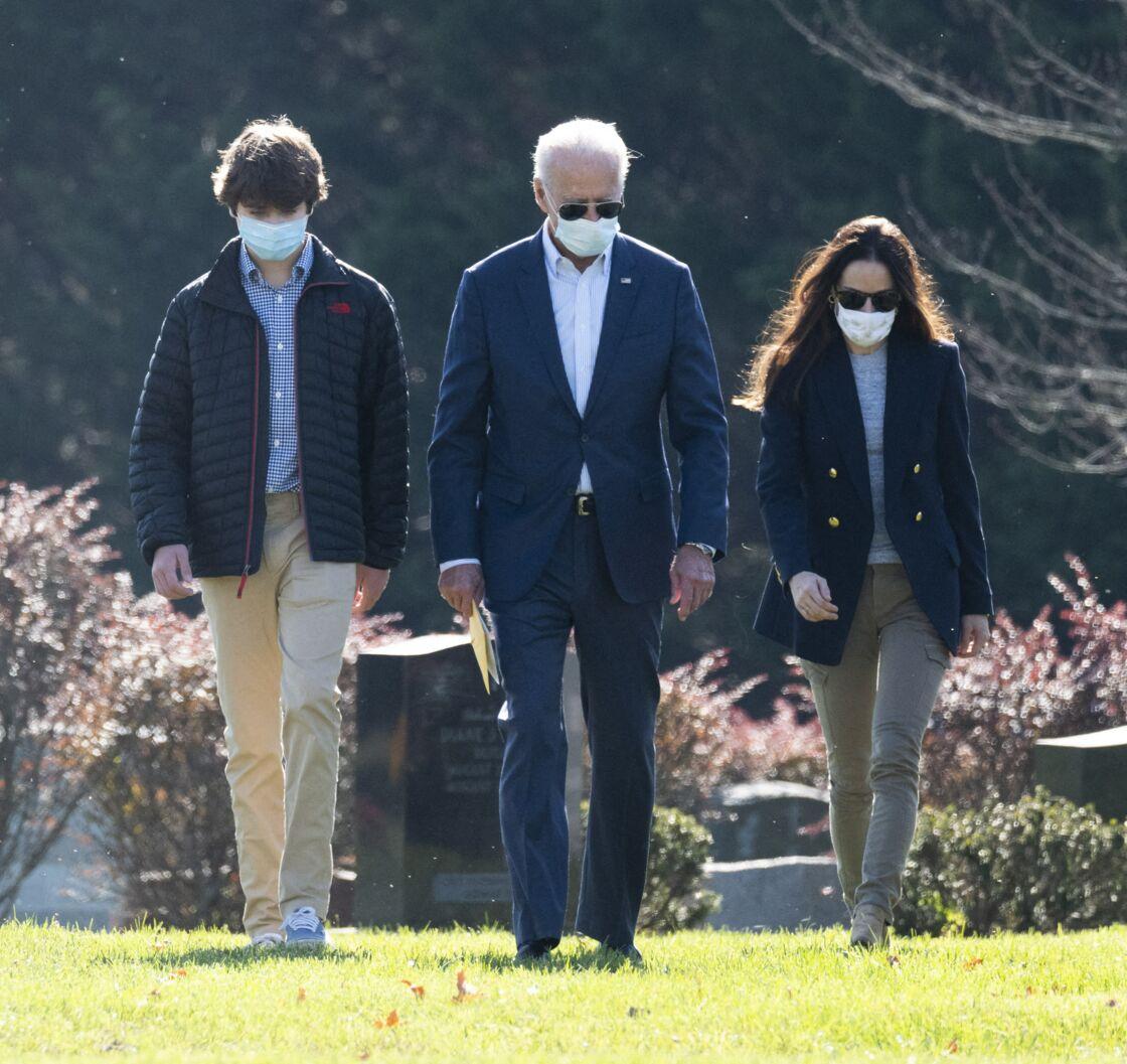 Hallie Biden avec son beau-père, Joe Biden, et son fils, Robert, alors qu'ils se recceuillaient sur la tombe de Beau Biden, en Caroline du Nord, ce 8 novembre 2020.
