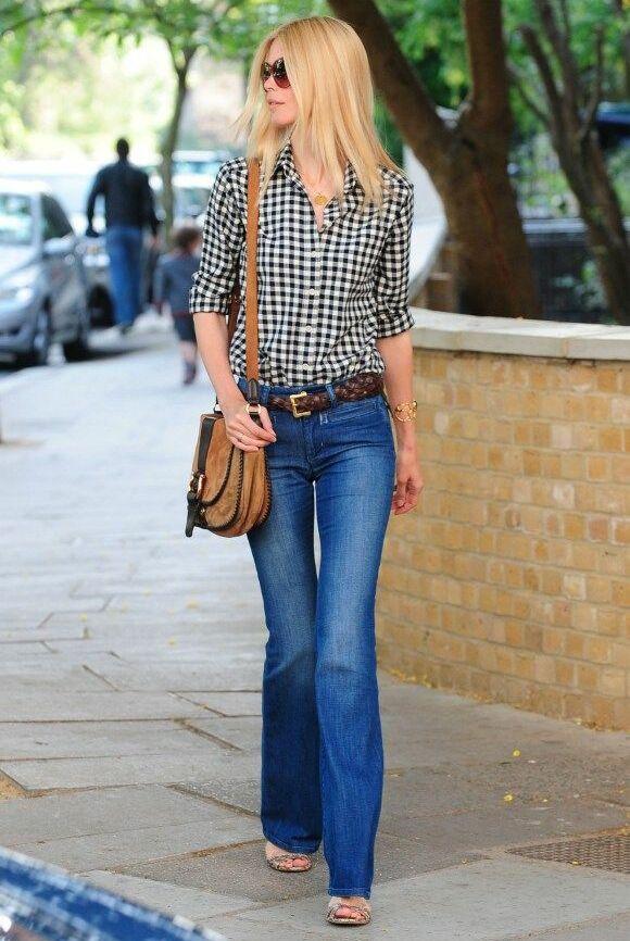 Claudia Schiffer est une grande adepte des jeans flare, qu'elle associe ici à une chemise à carreaux.