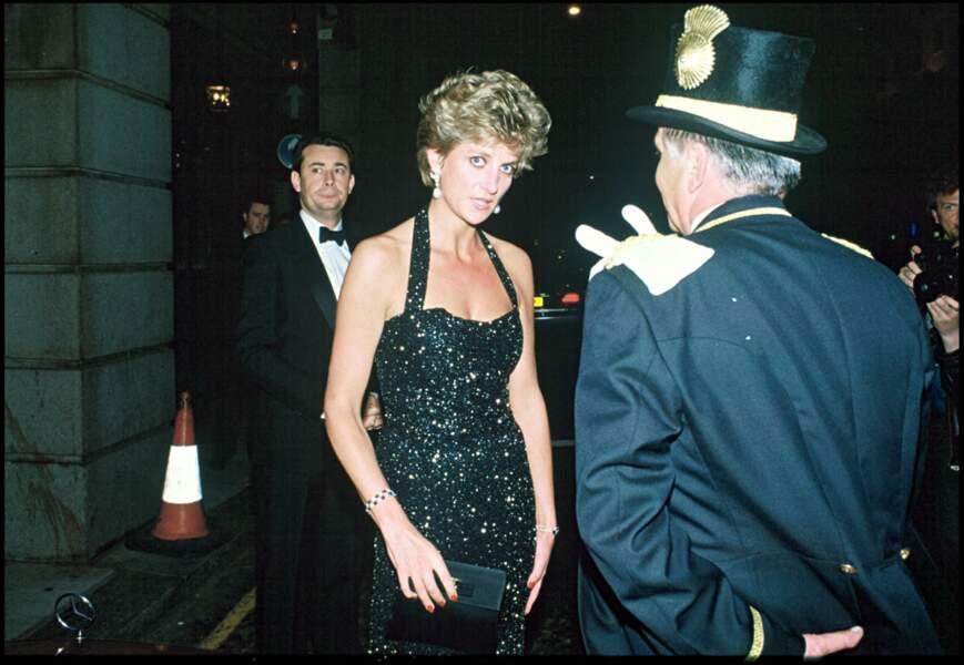 Lady Diana harcelée par les photographes à la sortie du Ritz à Londres, le 21 juin 1994