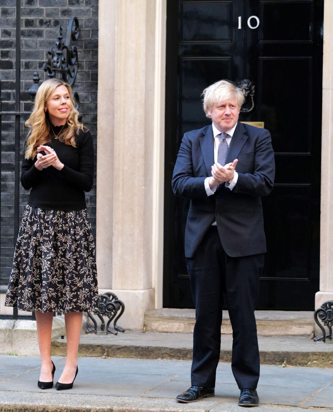 Boris Johnson et sa fiancée Carrie Sydmonds devant le  Downing Street
