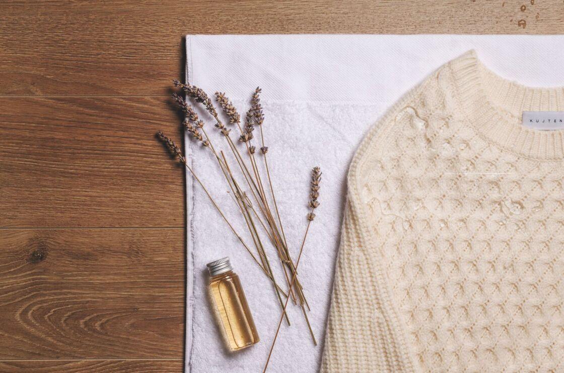 Le cachemire sèche à plat et doit être stocké avec un pochon de lavande pour repousser les mites.