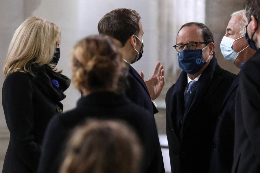 Emmanuel Macron s'entretient avec François Hollande et Gérard Larcher sous le regard de Brigitte Macron