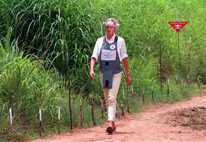 La princesse de Galles visite un champ de mines anti-personnelles à Dirico en Angola, le 15 janvier 1997