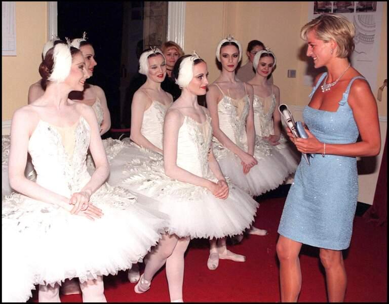 La princesse Diana vient saluer le ballet de danseuses à Londres, le 3 juin 1997