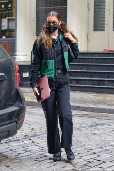Bella Hadid porte une pièce de la collaboration The North Face x MM6
