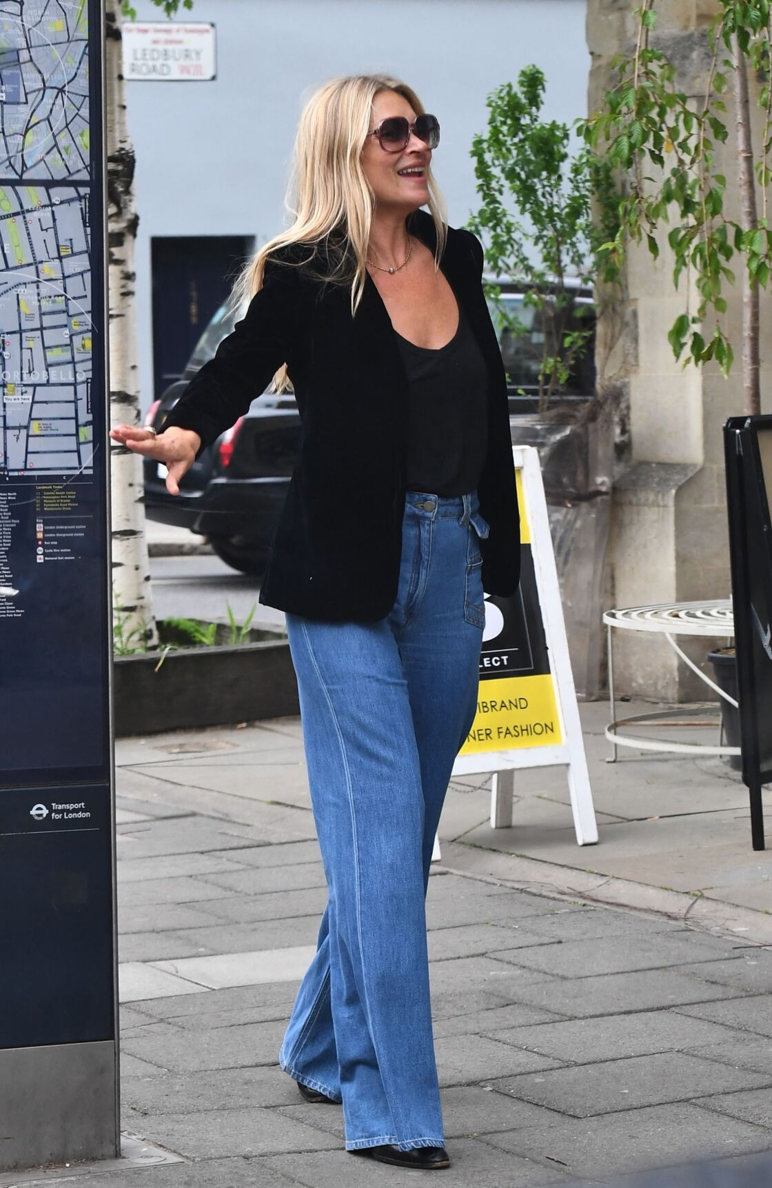 Kate Moss porte un jean flare large pour se promener dans les rues de Londres.