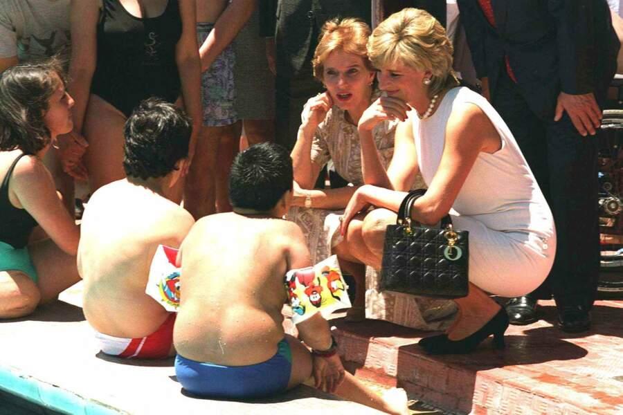 La princesse Diana en Argentine avec des enfants, en 1995