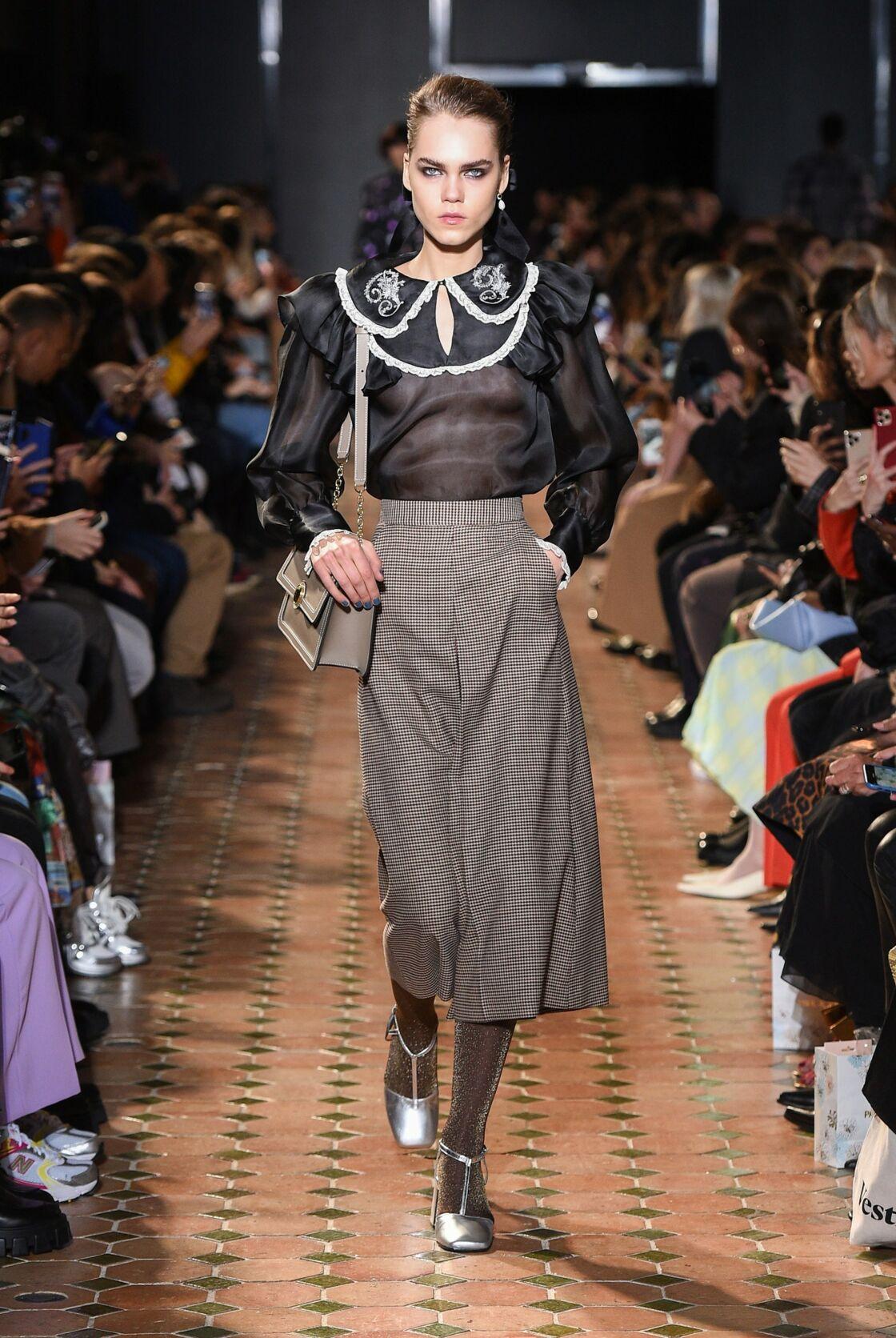 Sur les podiums de mode, le col Claudine revient en grâce, décliné en autant de textures que d'imprimés.