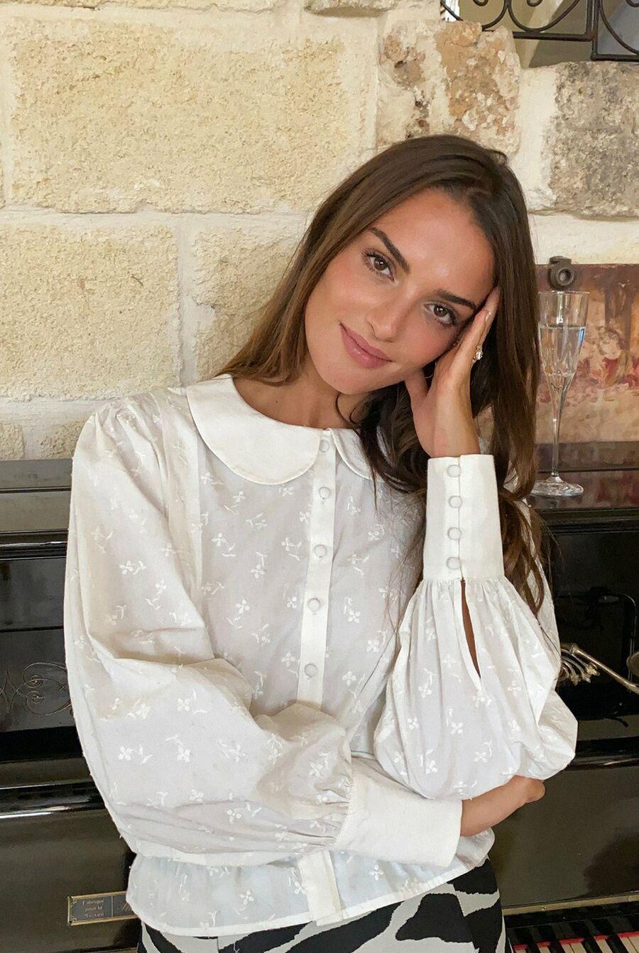 Sur Instagram, les filles de la mode, comme ici Gabrielle Caunesil, arborent avec goût et personnalité ce détail intemporel.