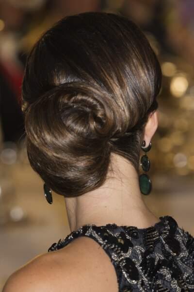 Le chignon roulé sublime les cheveux longs de Sofia de Suède