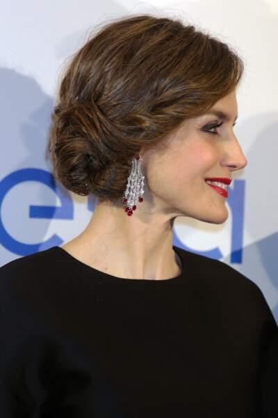 La reine Letizia d'Espagne avec un magnifique chignon tressé.