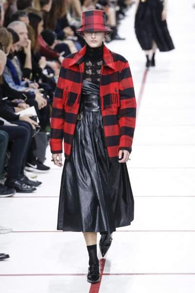 La surchemise Dior se porte à carreaux rouge et noir lors du défilé automne-hiver 2019/2020 au musée Rodin à Paris.