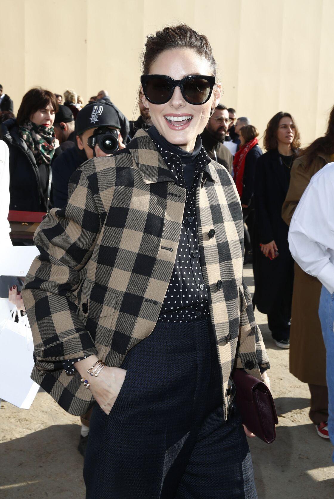 Olivia Palermo soigne son style fashion week avec une surchemise à carreaux lors du défilé automne-hiver 2020/2021