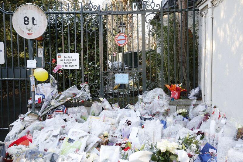 Fleurs devant la propriété de Johnny Hallyday à Marnes-la-Coquette le 9 décembre 2017