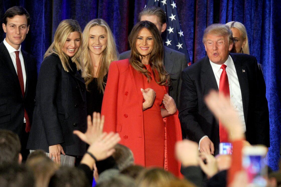 Jared Kushner, sa femme Ivanka Trump (enceinte), Lara Yunaska, Melania Trump et son mari Donald - Donald Trump en meeting à Des Moines dans l'Iowa le 1er février 2016.