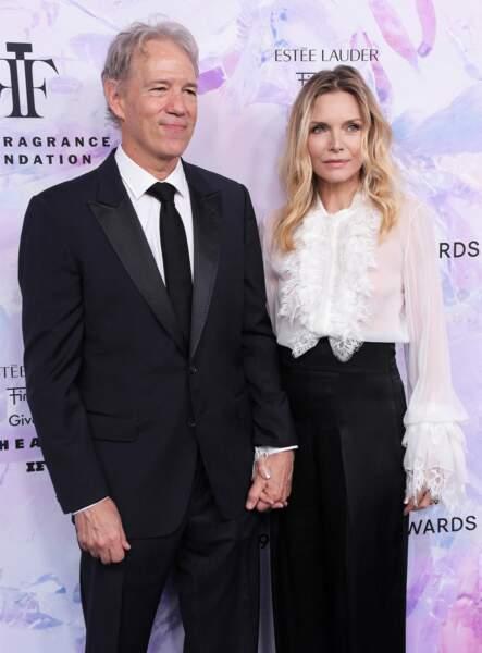 """Michelle Pfeiffer et David E. Kelley, au photocall de la soirée des """"Fragrance Foundation Awards"""" à New York, le 5 juin 2019."""