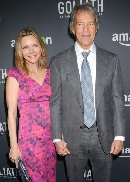 """Michelle Pfeiffer et son époux, David E.Kelley, pour la première de """"Goliath"""", à West Hollywood, le 29 septembre 2016."""
