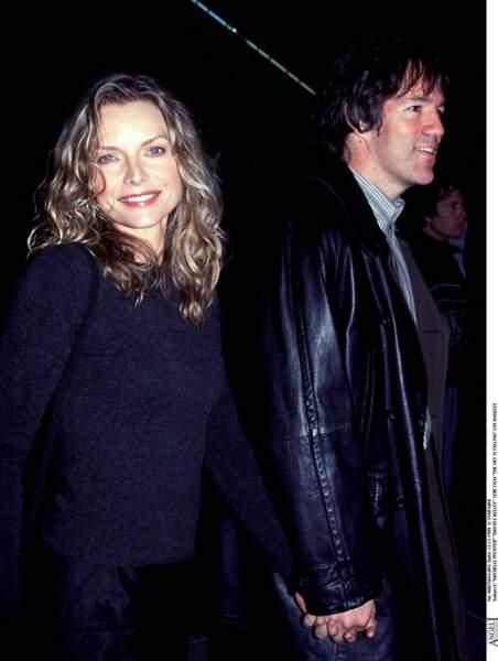 """Michelle Pfeiffer et son époux, David E.Kelley, en 1999, à la première du film """"The Sky is falling"""", à Los Angeles."""