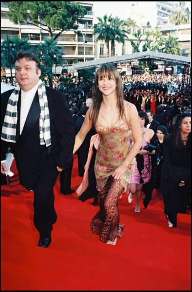 Sophie Marceau, sculpturale, lors de la montée des marches du Festival de Cannes en mai 1998