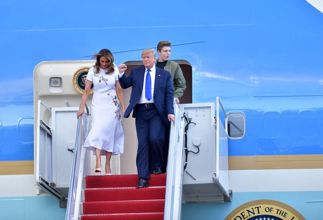 Donald J. Trump avec sa femme la Première dame Melania et son fils Barron, débarquent d'Air Force One sur le tarmac de l'aéroport de Palm Beach, le 17 janvier 2020.