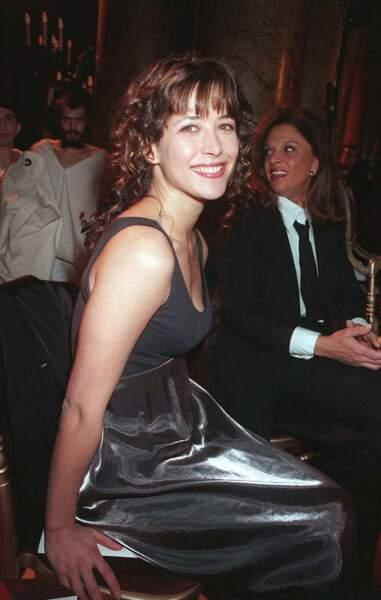 """En 1998, Sophie Marceau se laisse aller à une rare """"folie"""" capillaire pour assister au défilé Dior haute couture printemps-été"""