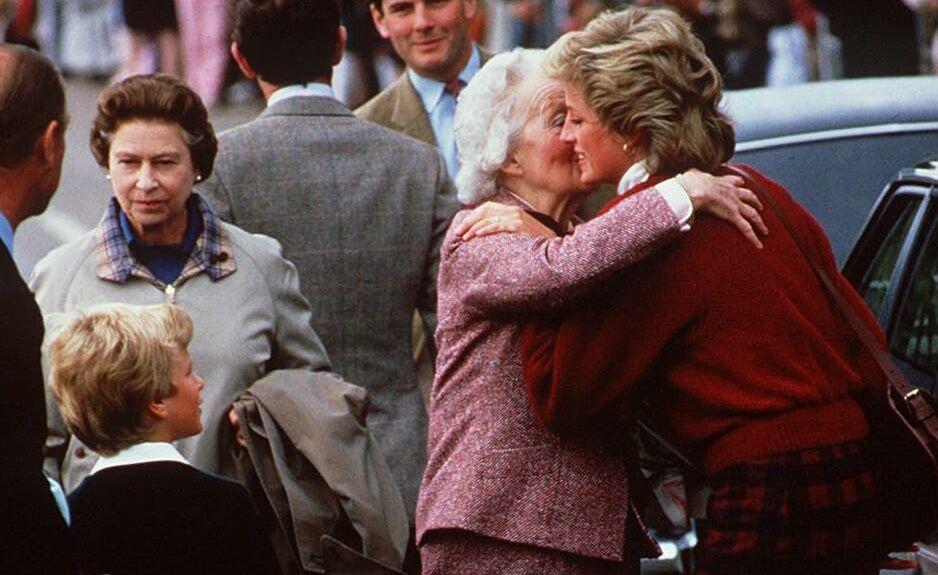Lady Diana embrasse sa grand-mère Lady Fermoy