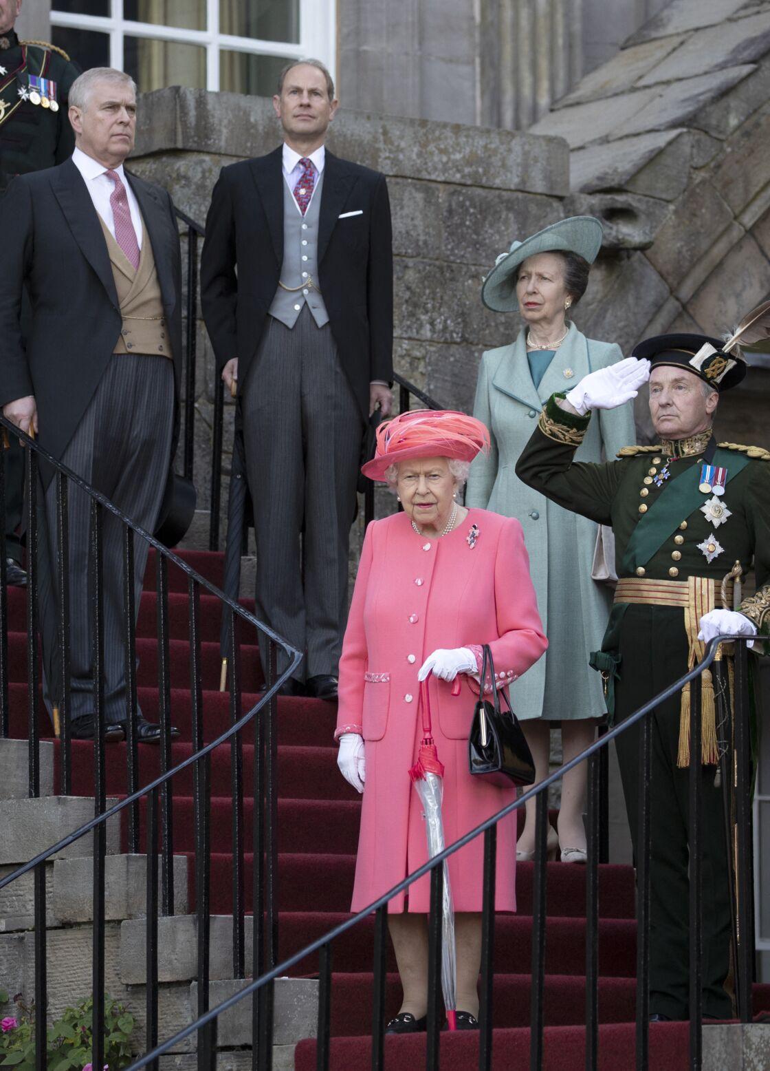 La reine Elizabeth avec la princesse Anne, le prince Andrew et le prince Edward