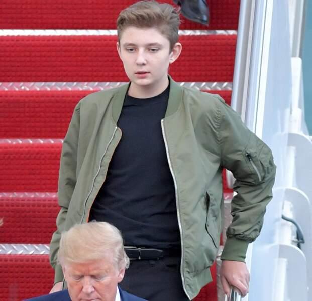 Barron Trump débarque d'Air Force One, avec ses parents, sur le tarmac de l'aéroport de Palm Beach, en janvier 2020.