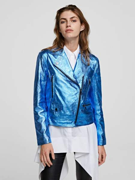 Blouson biker en cuir bleu métallisé, 795 €, Karl Lagerfeld.