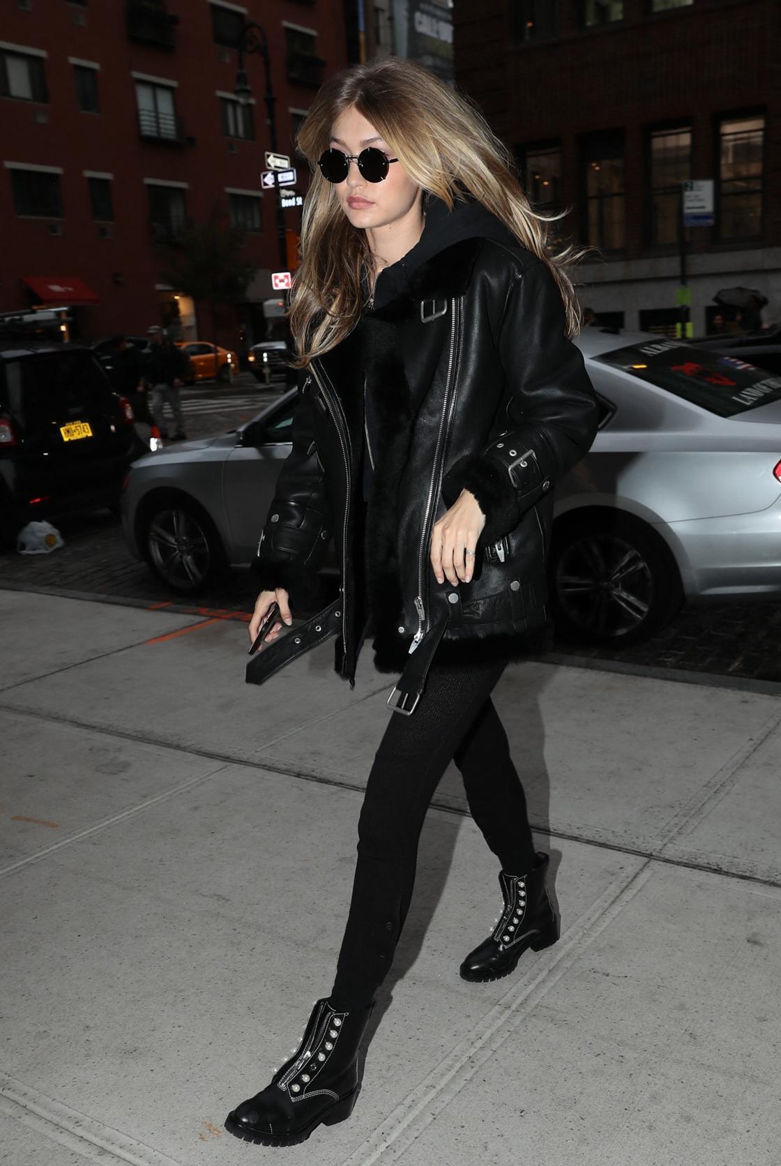 Gigi Hadid le sait, le total look noir est une valeur sûre.