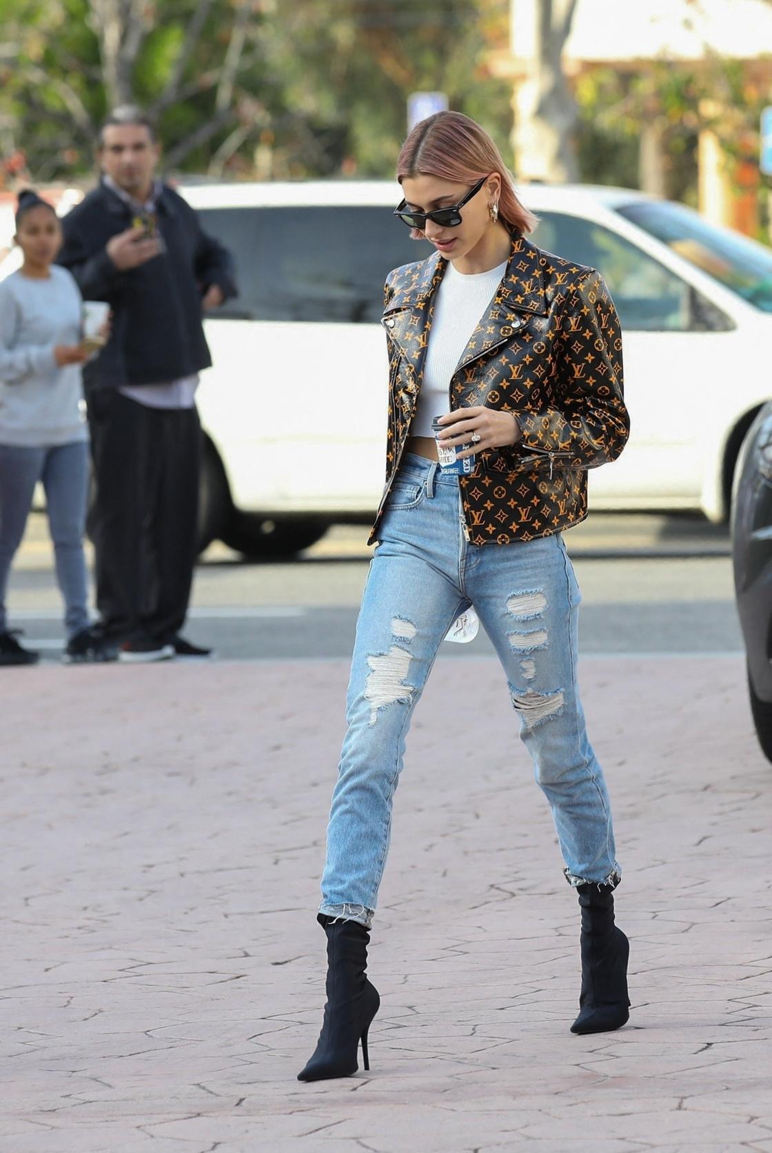Avec son blouson biker Louis Vuitton, Hailey Bieber a tout bon.