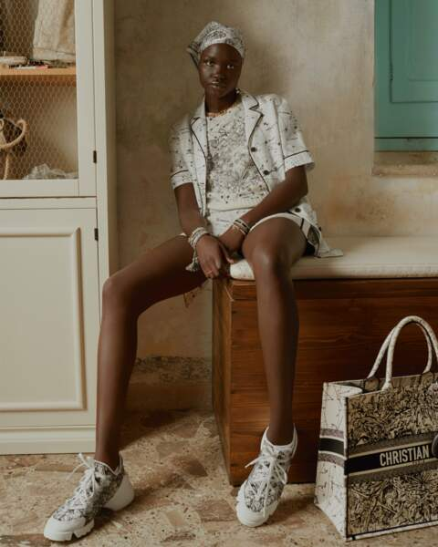 Pull brodé à manches courtes et Twill de soie - Dior, 1480€ et 190€