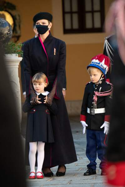 De son côté, la princesse Gabriella a trouvé du réconfort dans les bras de sa maman, la princesse Charlene.