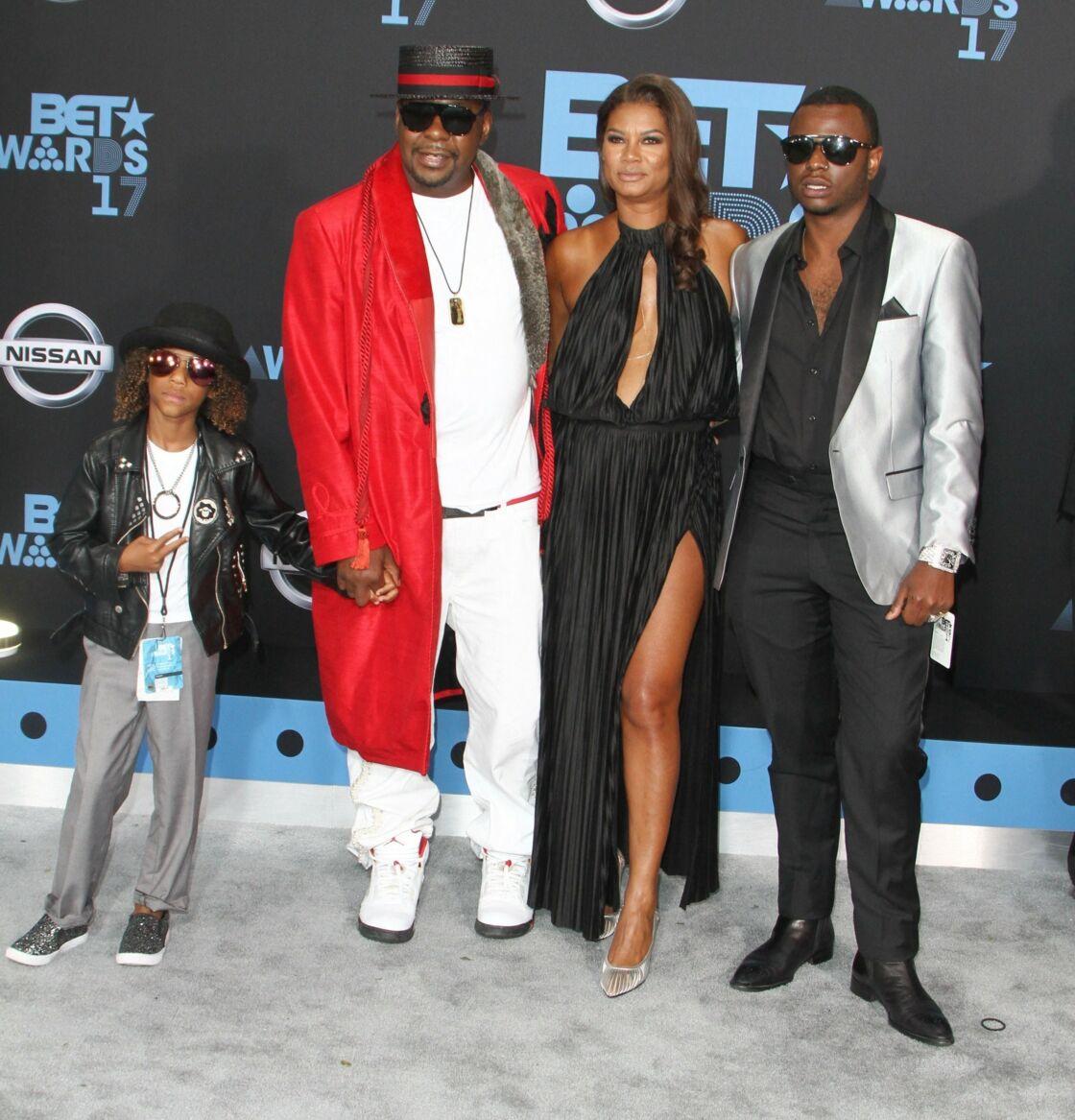 Bobby Brown et sa femme Alicia Etheredge, entouré de ses fils Cassius Brown et Bobby Jr. (à droite) lors d'une soirée à Los Angeles, en juin 2017.