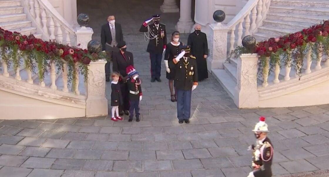 Le prince Jacques imite son père et fait un salut officiel.