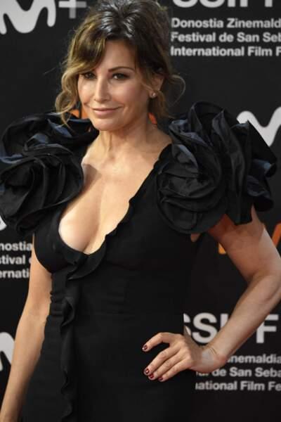 Pour le festival international du film de Saint-Sebastien, Gina Gherson porte une frange mèche qui adoucit ses traits.