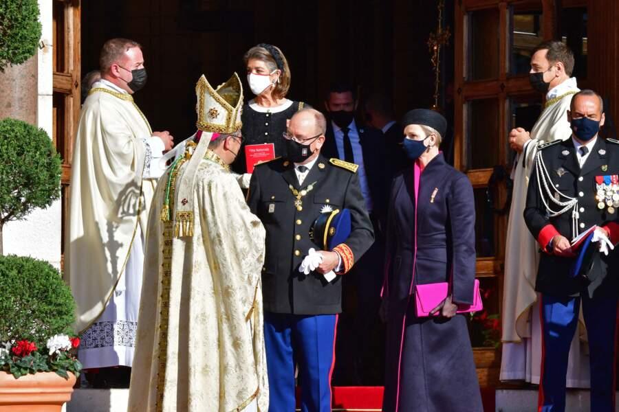 À sa sortie de la cathédrale de Monaco, le prince Albert II de Monaco a échangé avec monseigneur Dominique-Marie David, l'archevêque de Monaco.
