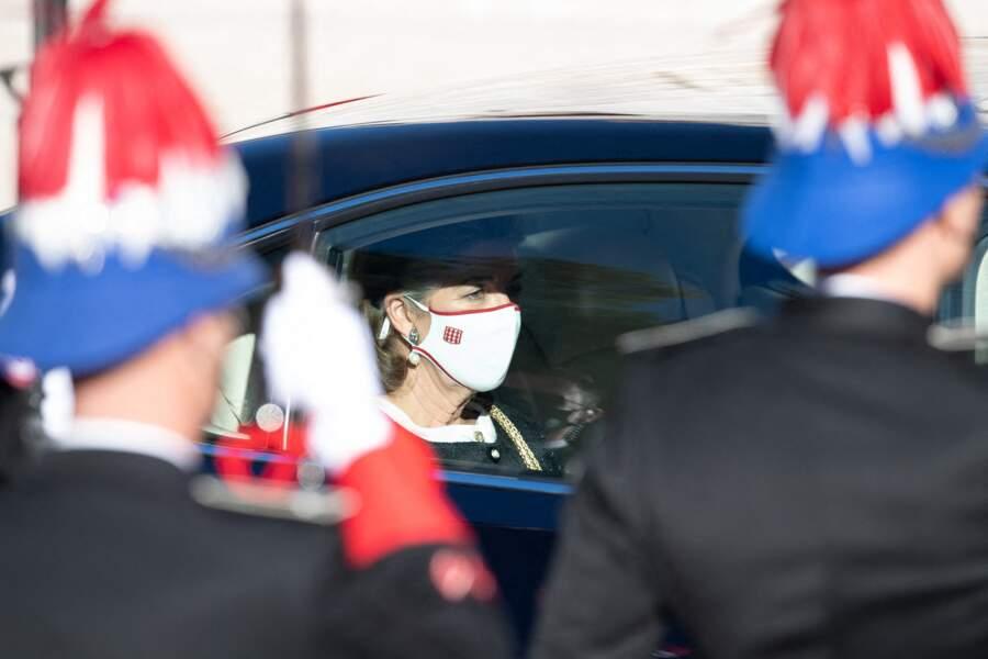 Caroline de Hanovre masquée a été aperçue aux abords de la cathédrale de Monaco.