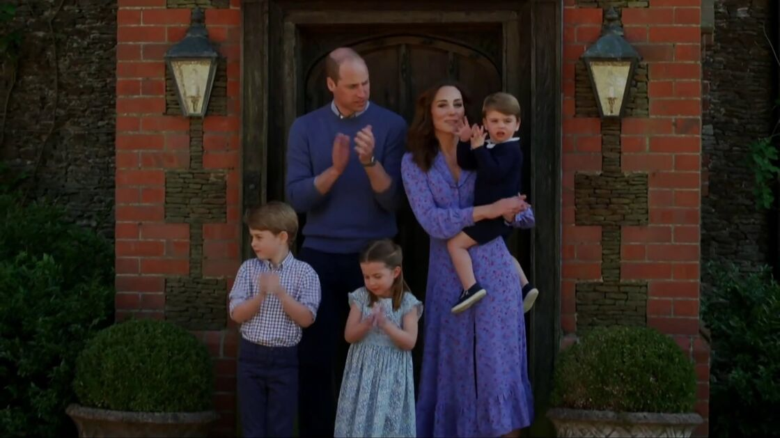 Le prince William, Kate Middleton et leurs trois enfants, George, Charlotte et Louis devant chez eux pour applaudir le personnel soignant, le 24 avril 2020.