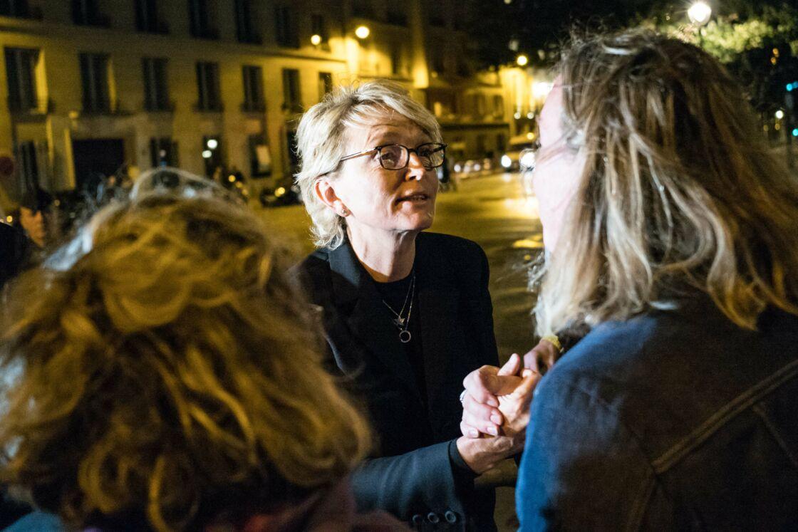 Accompagnée de son mari Frédéric Salat-Baroux, Claude Chirac vient à la rencontre des Français, venus en nombre aux Invalides pour rendre hommage à Jacques Chirac, le 29 septembre 2019.