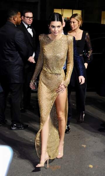 Kendall Jenner fait sensation dans cette robe doreé transparente en arrivant à la soirée Victoria Secret.