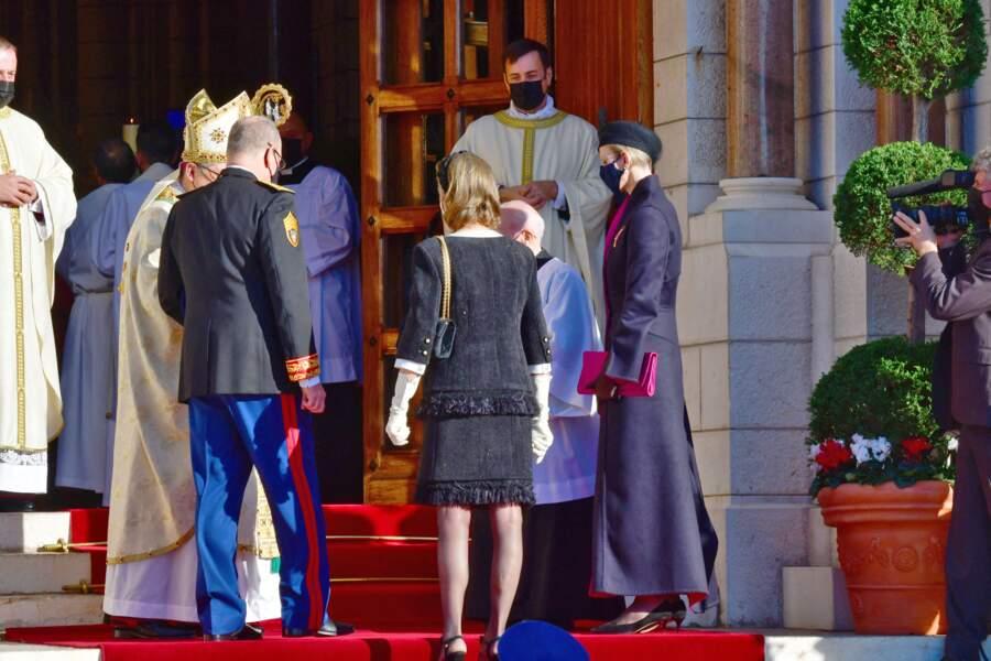 Caroline de Hanovre à son entrée dans la cathédrale de Monaco pour assister à la messe prévue à l'occasion de la Fête Nationale.
