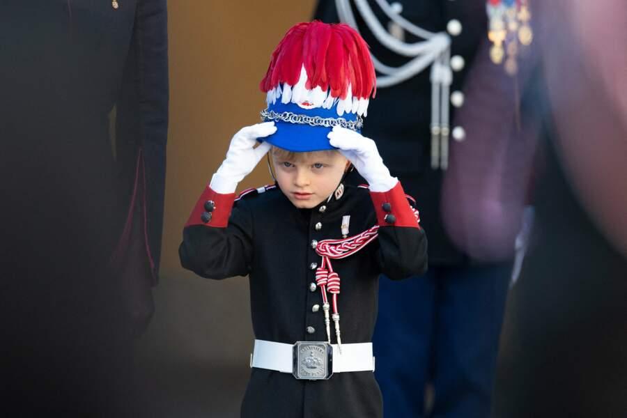 Comme l'année dernière, le prince Jacques portrait son uniforme de carabinier.