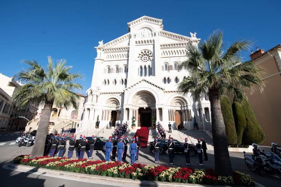 La cathédrale de Monaco parée de ses plus beaux atours en cette journée symbolique.