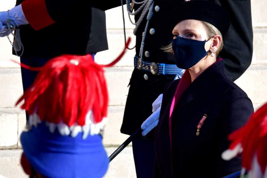 Charlène de Monaco a opté pour un long manteau noir aux teintes fushia.