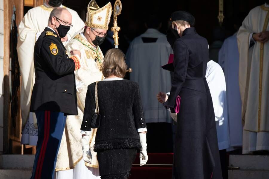 Le prince Albert de Monaco situé sur les marches de la cathédrale pour la fête nationale.