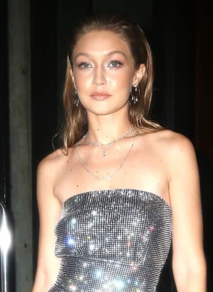 Gigi Hadid porte une combinaison à paillettes transparente à son arrivée à la soirée Messika x Gigi Hadid.