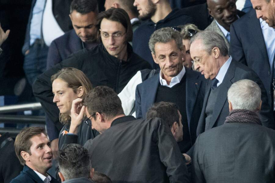 Pierre Sarkozy, avec son père Nicolas Sarkozy et le rappeur Roméo Elvis, dans les tribunes lors du match UEFA Ligue des Champions groupe A, opposant le Paris Saint-Germain (PSG) au Real Madrid au Parc des Princes à Paris, le 18 septembre 2019.