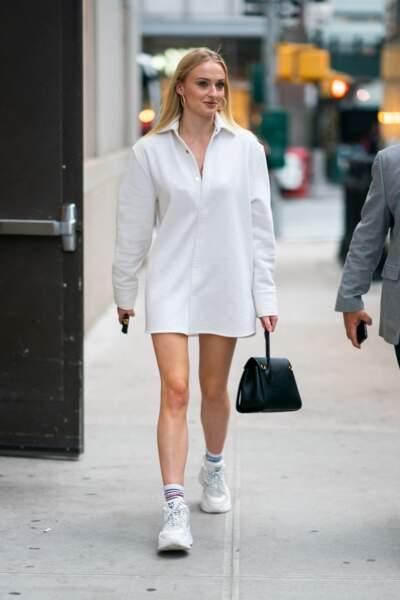 Sophie Turner opte souvent pour une longue chemise blanche qu'elle associe à une paire de baskets et des chaussettes hautes
