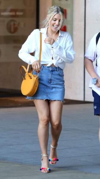 La chanteuse Mollie King mise sur un look décontracté avec une chemise blanche nouée et une jupe en jean.